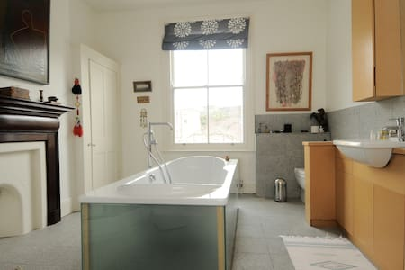 Double room private bath near tube