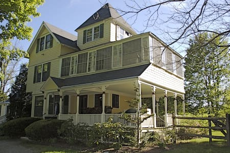 Hilltop Victorian — to gather family and friends - Egremont - Casa