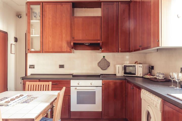 Cucina con forno e forno microonde e bollitore
