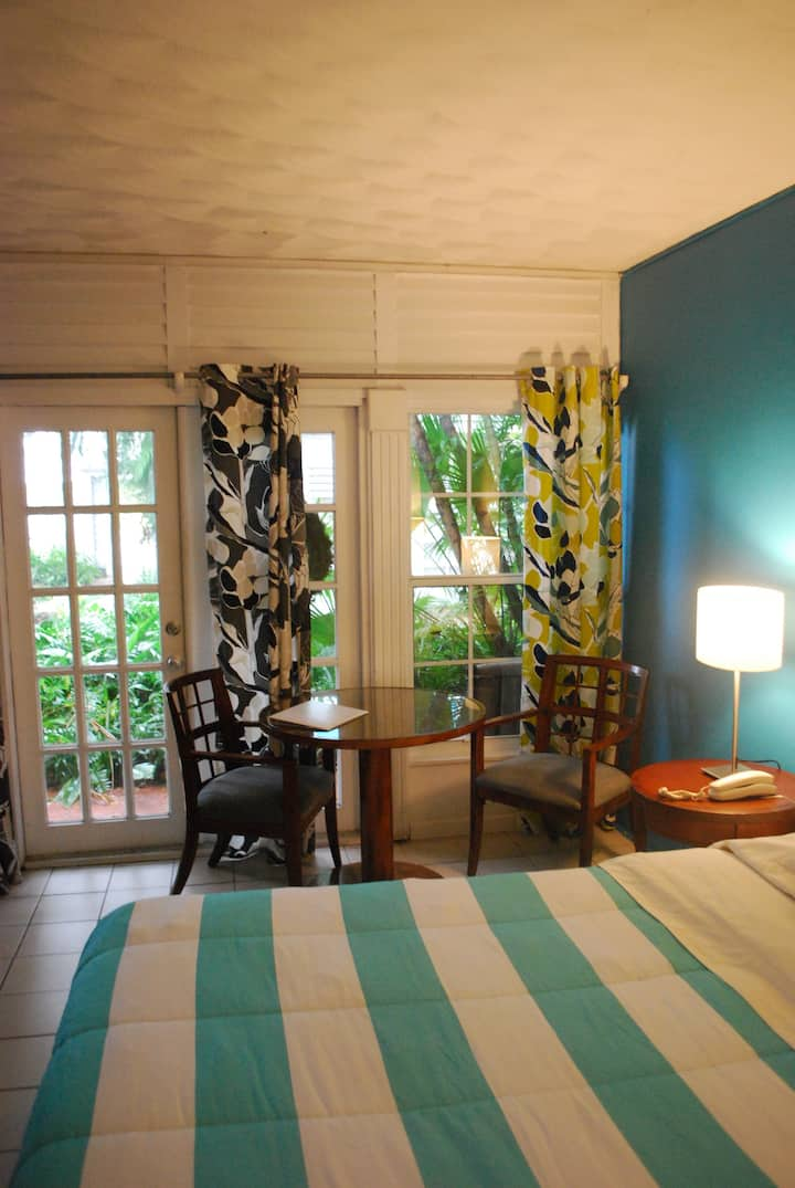 Key West Style Studio Apt. Just steps to the beach