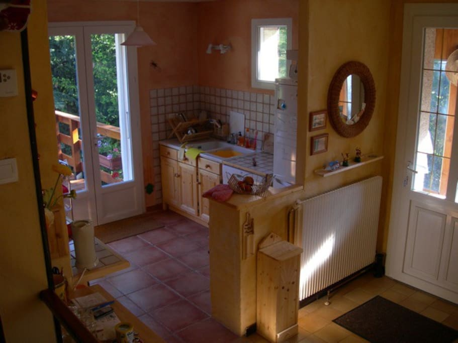 Kitchen and rear balcony. La cuisine et balcon.