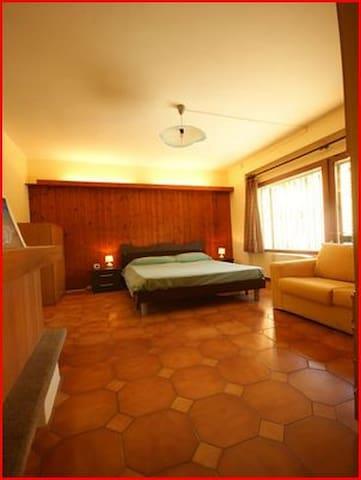 matrimonial bedroom; camera matrimoniale.