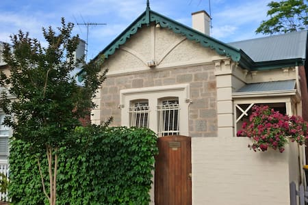 Inner city heritage accommodation. - North Adelaide - Hus