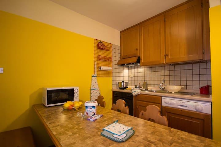 Cucina attrezzata con forno, piastra in vetroceramica, lavastoviglie, microonde, frigo