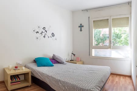 Private room with double bed near camp nou - Barcelona