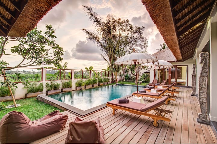 Refined 4 BR villa with private pool & staff - Canggu - Huvila
