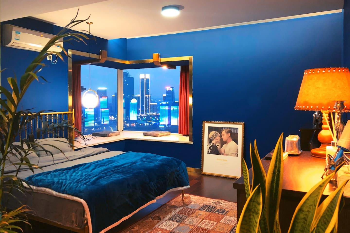 《雨夜曼彻斯特》暗蓝色的美式轻奢主题房,拥有榻榻米会客区,和超大的衣柜全身镜。金色的1.8✖️2m铁艺大床,精选的宜家柔软床垫,和绿色主题房一样的L型大窗(景观也是一致的),但拥有更佳的夜景视角。小米43寸电视、超大卫生间。