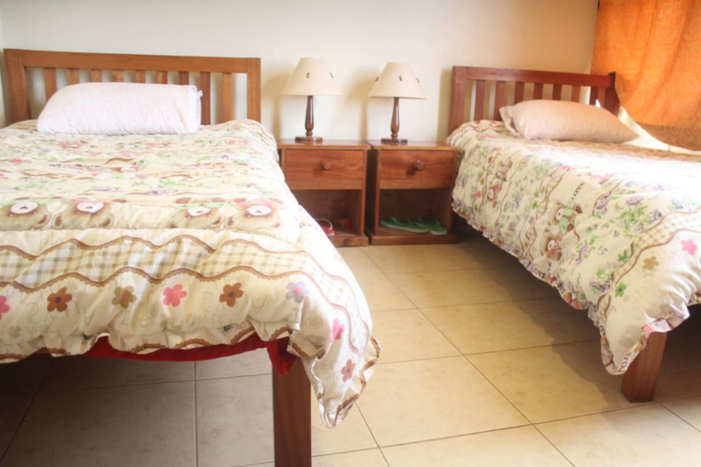 Double bed. Attached to it is a tv/sitting room, kitchen and a bathroom with hot shower.
