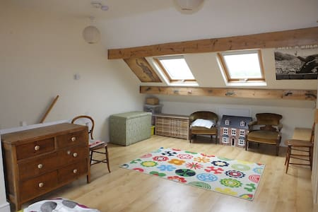 Large sunny attic room in terraced house - Sheffield - Casa