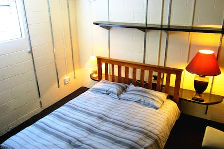Auckland Central-Ensuite-Queen Bed - Auckland