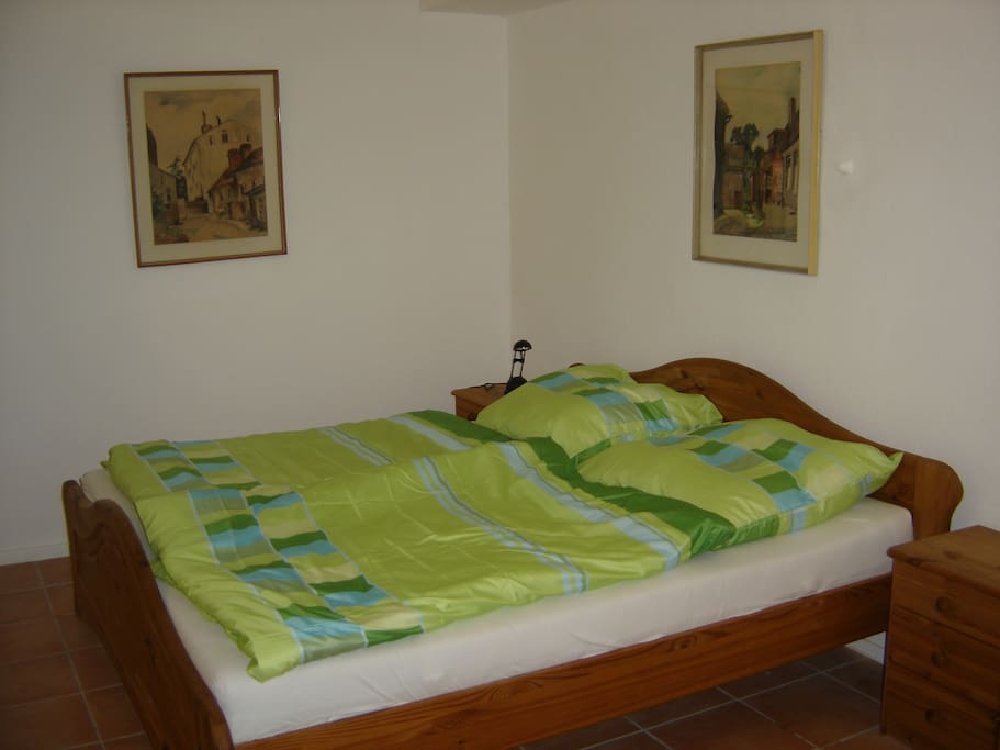 Large, comfortable bed / Großes, bequemes Bett