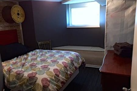 Cozy Queen Perfect Home Base for Chicago Trips! - Oak Park - Szeregowiec