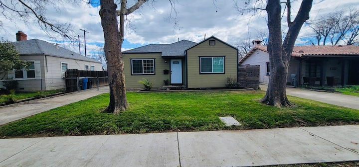 """Cozy  house - Near UC Davis and Midtown"""