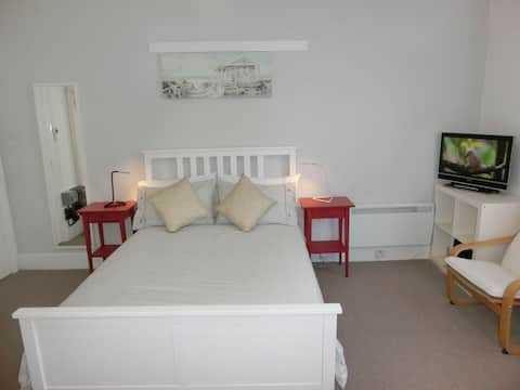 Modern First Floor Studio Apartment in Torquay