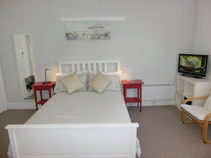 Modern First Floor Studio Apartment in Torquay