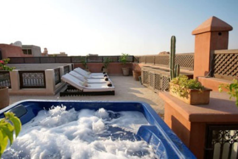 C'est notre jolie terrasse du riad : vue sur l ATLAS et la Palmeraie de MARRAKECH= solarium, petit déjeuner et jacuzzi