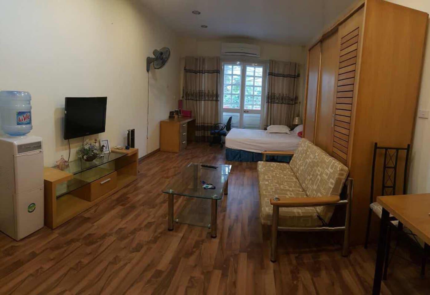 -ハノイの市内中心で有って、何処に行っても便利。部屋は凄く大きいで、綺麗です。 -大家さんは日本語ベラベラ -玄関の鍵を持たせる -掃除・洗濯サービスの有り -電気代、水道代、インターネット代は家賃に含まれる 値段:42m2- 800$・1ヶ月 28m2-500$・1ヶ月 -3ヶ月から借りられる