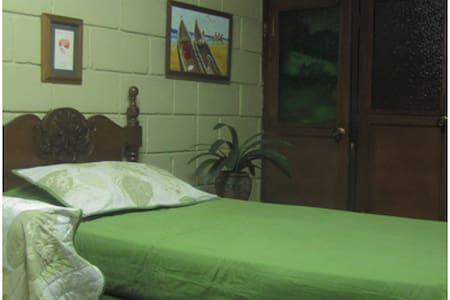 Hermosa habitación-Garage privada  - Bello - House