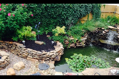 Home with relaxing koi pond & hot tub - Norman - Hus