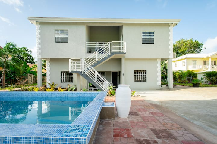 3 Bed 3 Bath Apt + pool + 3 min to beach + bars