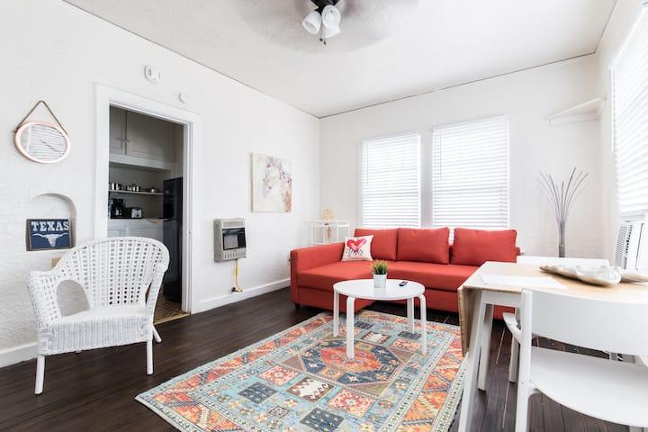 Walkable Bishop Arts District Studio Apartment!