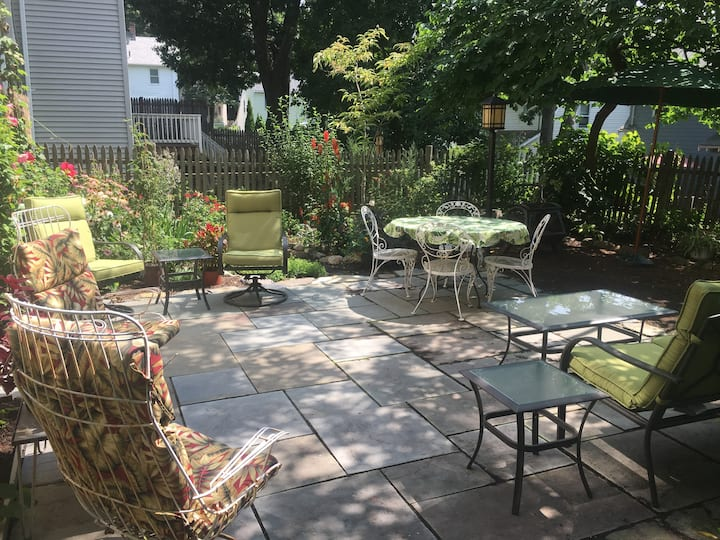 Garden apartment with private bath in Arlington