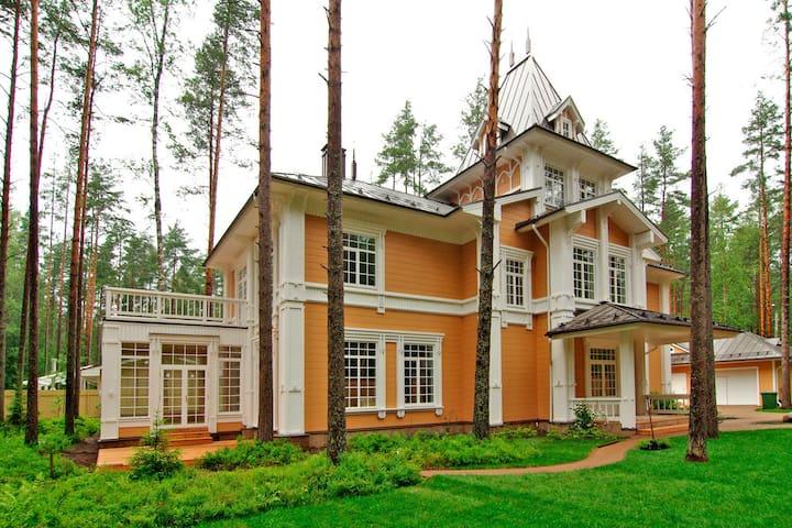 Чудесный деревянный дом в замечательном месте.