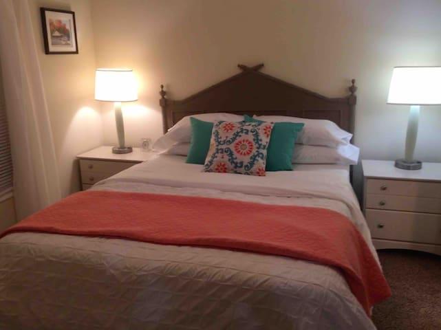 1 queen size bed in bedroom