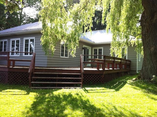 Large waterfront cottage, St-Anicet - Sainte-Anne-des-Monts - Cabaña