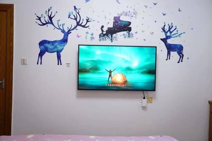 躺在床上看电视多么闲适舒畅的生活!