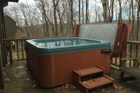 Private Hot Tub, Free Shuttle, and Large Space! - Champion