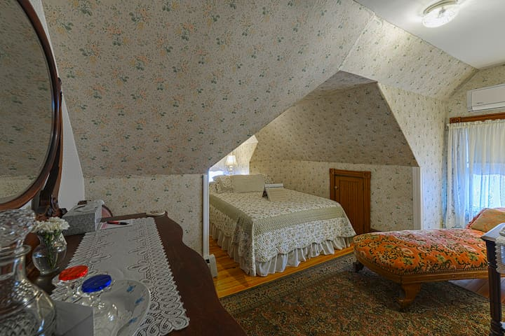 Victorian Rose Suite - The Candlelight Inn