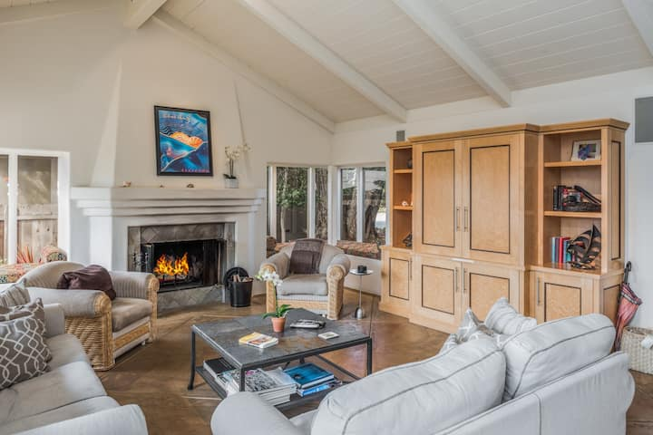 3554 Otter's Rest ~ Ocean Views, Gourmet Kitchen, Hot Tub, 1 Block to the Sea