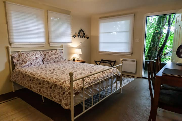 Fountain House: Queen Bed, 3/4 Bath, Kitchenette