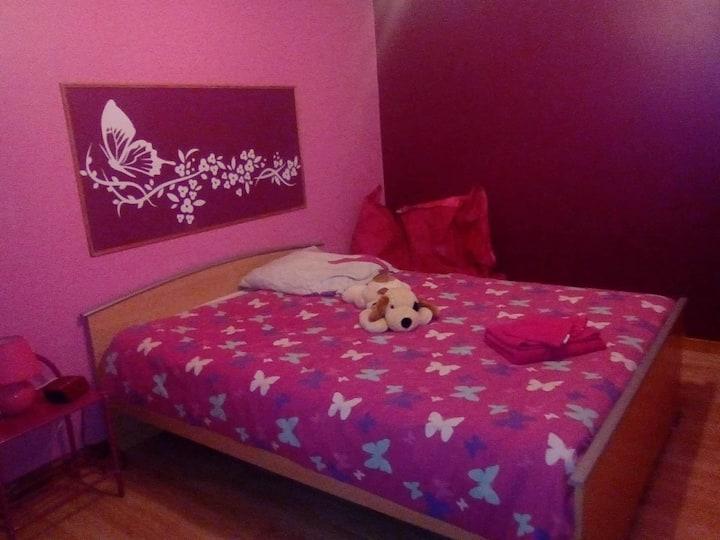 loue chambre rose a l'etage