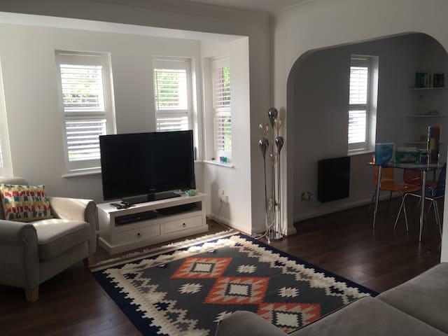 Modern cosy flat in Cheam Village Surrey