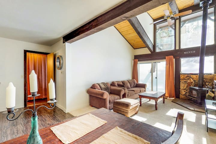 Bright, airy condo w/ deck, mountain views & wood stove - 1/2 mile to the lifts!