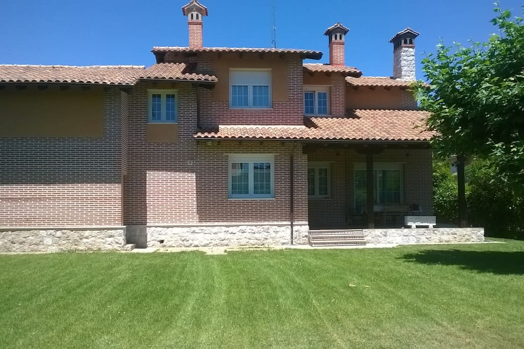 Chalet independiente con piscina chalets for rent in for Piscina tudela de duero