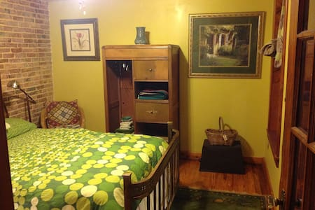 Notel 9 Getaway Suite with Sauna - Baltimore - Bed & Breakfast