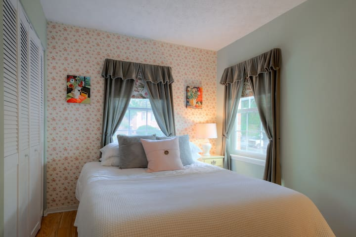Private Room Near VT - Females Only