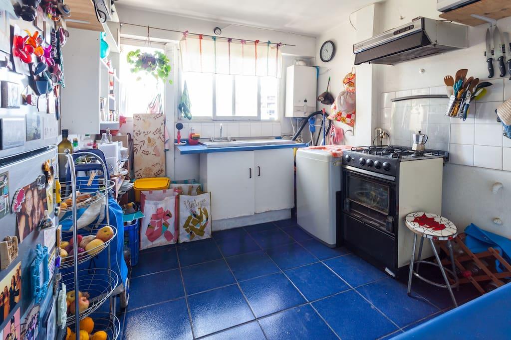 Cocina equipada con microondas, horno, juguera, lavadora.