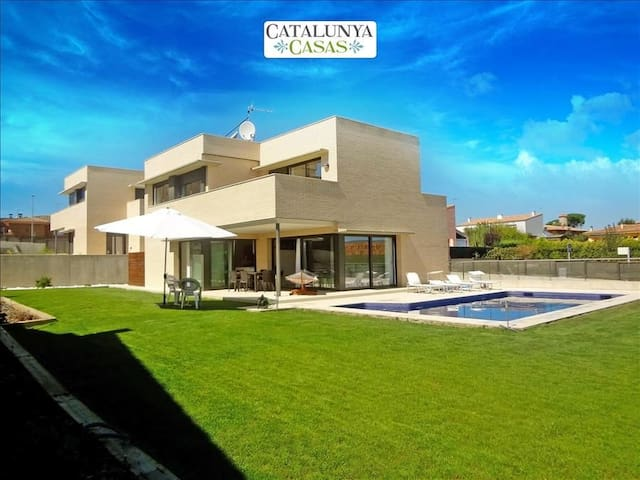 Modern 4-bedroom villa in Riudellots, just 10km from Girona Airport - Costa Brava - Vila
