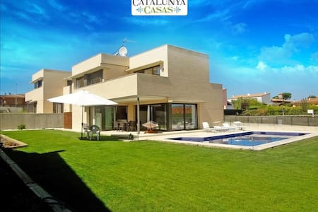 Spectacular 4-bedroom modern villa in Riudellots, just 10km from Girona Airport - Casa de camp