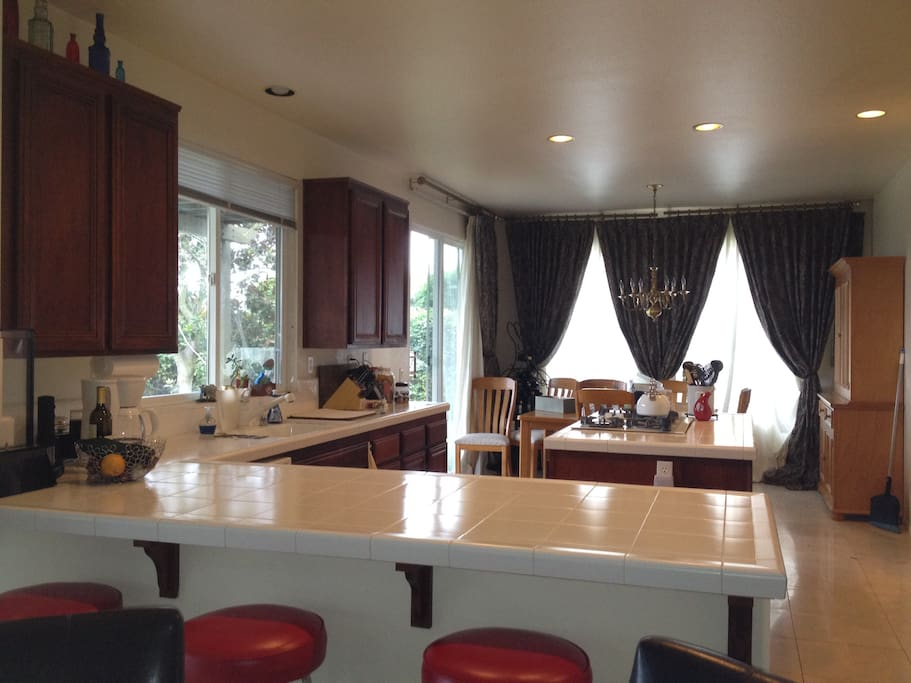 Large Gourmet eat-in Kitchen