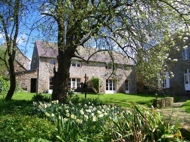 Spring blooms, charming cottage, nr St Malo, Dinan - Pleudihen-sur-Rance - Hus