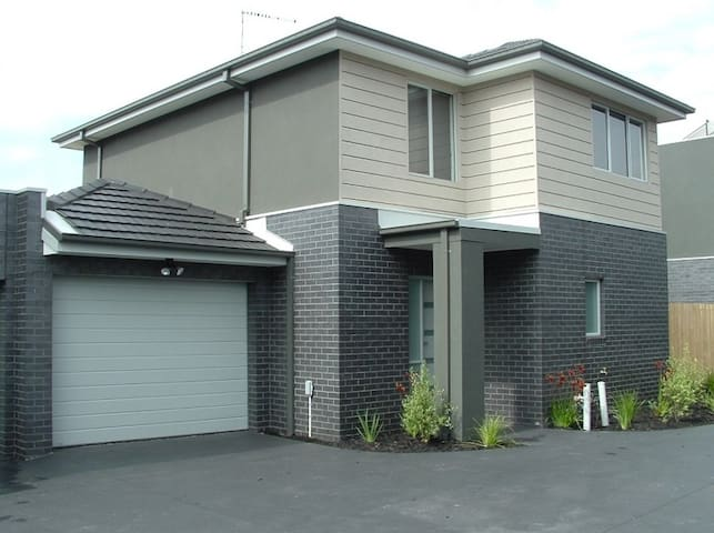 Brand New Modern Townhouse - HEIDELBERG WEST - Casa