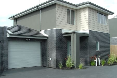 Brand New Modern Townhouse - HEIDELBERG WEST - Hus