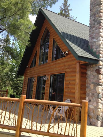 Private Log Cabin in the North Wood - Republic Township - Cabaña