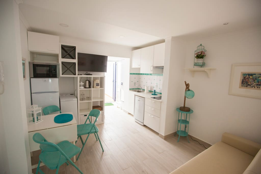 Casas Burnay I Apartamento 1 Living room and kitchenette, pateo door, television and full equipement
