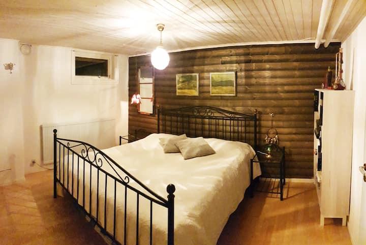 Mysigt gästrum i villa med egen toalett och dusch
